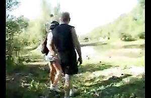 Transando com a putinha safada na floresta - www.tvbuceta.com